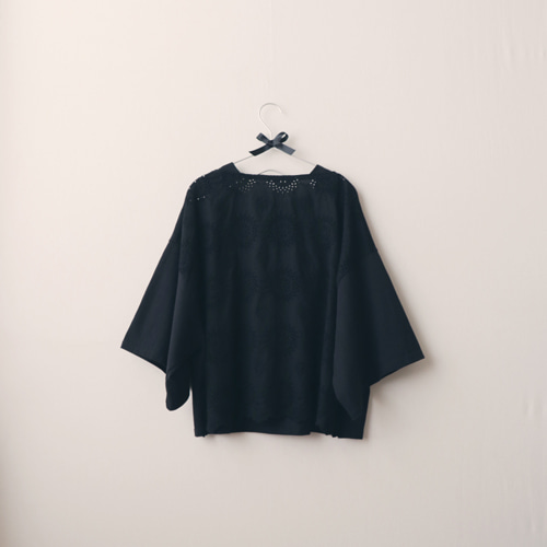 [by mani] back eyelet embroidery t-shirt (black) (재입고)